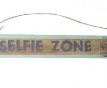 Yo me tomo Selfies con letrero anunciando lo que tu quieras.