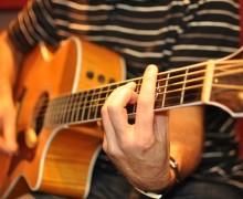 Yo voy a enseñarle todo lo que quiera aprender sobre guitarra.
