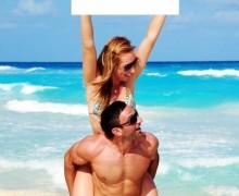 Yo voy a sostener un letrero con tu Logo en la Playa de Cancún.